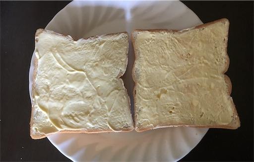 マーガリンを多めに塗ったトースト